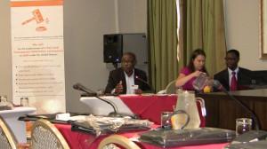 Faires Schiedsverfahren gefordert: Opa Kapajimpanga (AFROODAD), Safia Svarfvar (Schwedische Kirche) und dem UN-Sonderberichterstatter Cephas Lumina