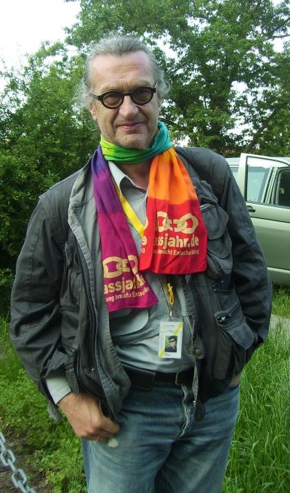 Wim Wenders mit erlassjahr.de Schal